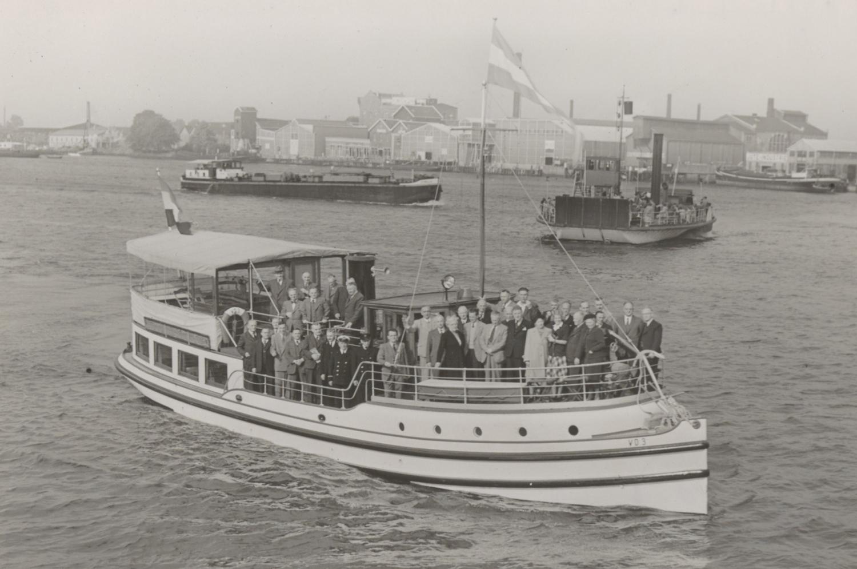 Foto uit 1950, genomen tijdens het afscheid van de toenmalige Dordtse burgemeester Jacob Bleeker. Ook de gemeenteraad staat erop.