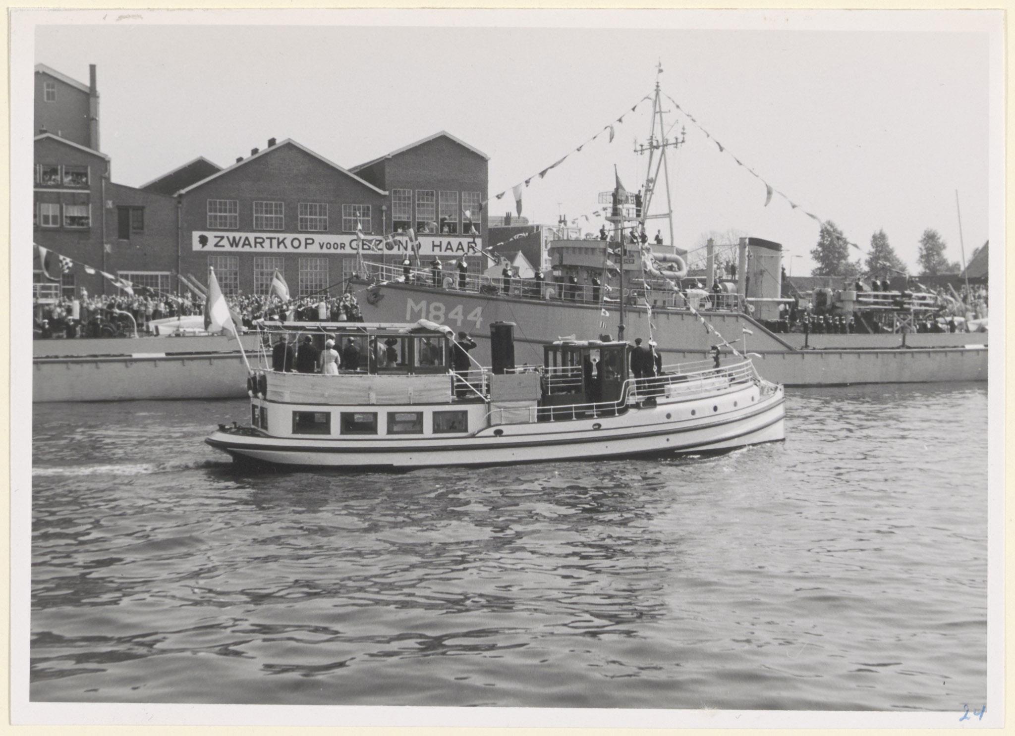 Foto uit 1958. Koningin Juliana en Prins Bernhard op de Veerdienst III voor de opening van de Julianahaven.