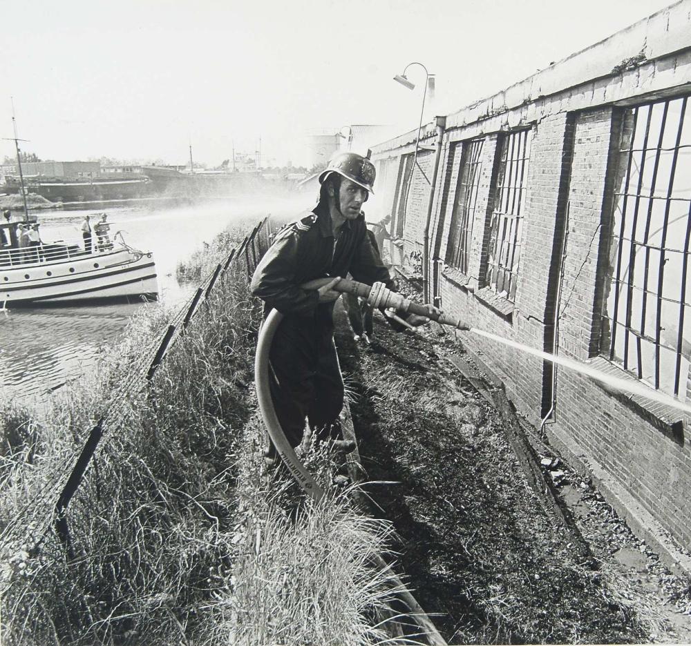De Veerdienst III (links in beeld) werd in 1974 ingezet bij het blussen van een brand in de machinefabriek Johan de Witt.